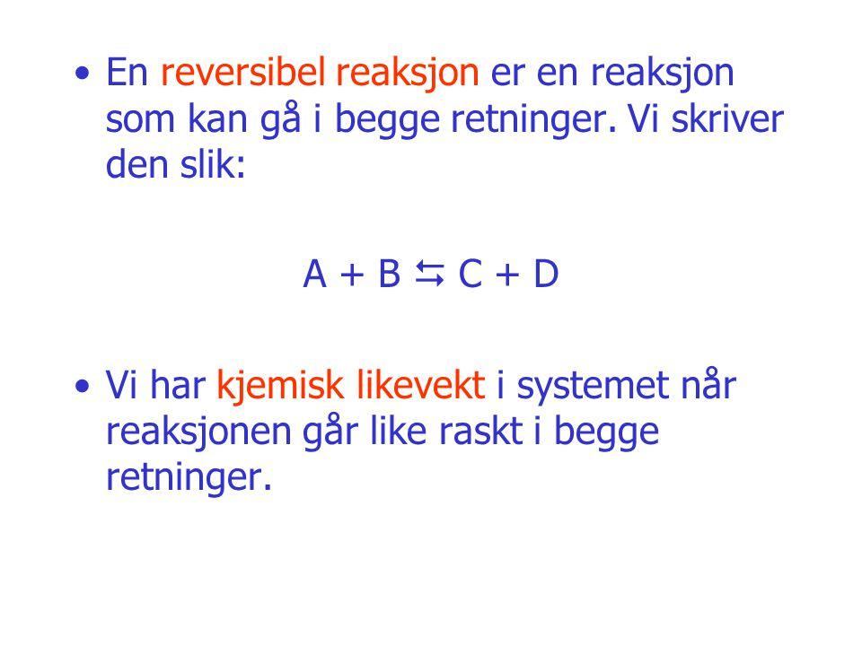 En reversibel reaksjon er en reaksjon som kan gå i begge retninger. Vi skriver den slik: A + B  C + D Vi har kjemisk likevekt i systemet når reaksjon