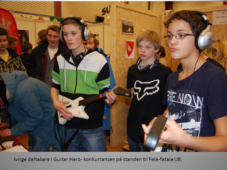 Ivrige deltakere i Guitar Hero- konkurransen på standen til Fele-fatale UB.
