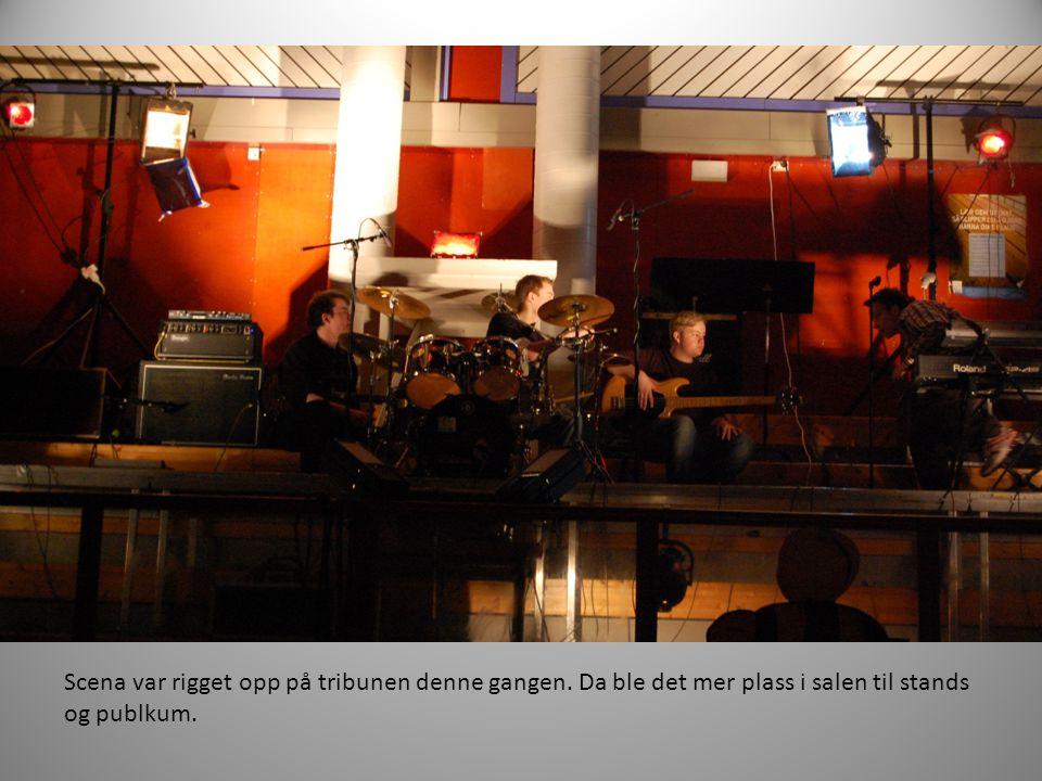 Scena var rigget opp på tribunen denne gangen. Da ble det mer plass i salen til stands og publkum.