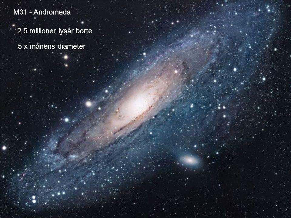 AST1010 - Galakser33 Galaksekollisjoner Det er vanlig at galakser kolliderer med hverandre –Som ventet da de er store og nær hverandre i forhold til størrelsen –Galaksekollisjoner kan gi starburst i en kolliderende galakse – områder hvor det er sterk nydannelse av stjerner –Kolliderende galakser kan slå seg sammen, spise hverandre og bli spist