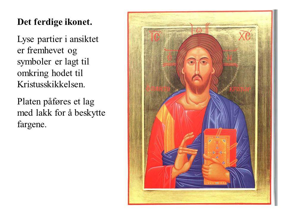 Det ferdige ikonet. Lyse partier i ansiktet er fremhevet og symboler er lagt til omkring hodet til Kristusskikkelsen. Platen påføres et lag med lakk f