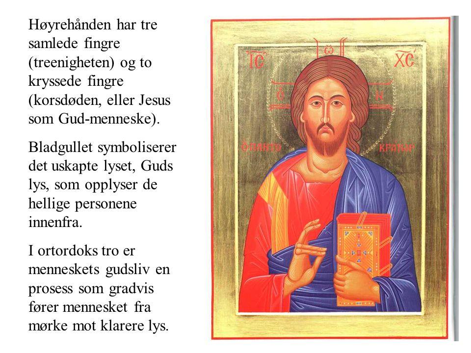 Høyrehånden har tre samlede fingre (treenigheten) og to kryssede fingre (korsdøden, eller Jesus som Gud-menneske). Bladgullet symboliserer det uskapte