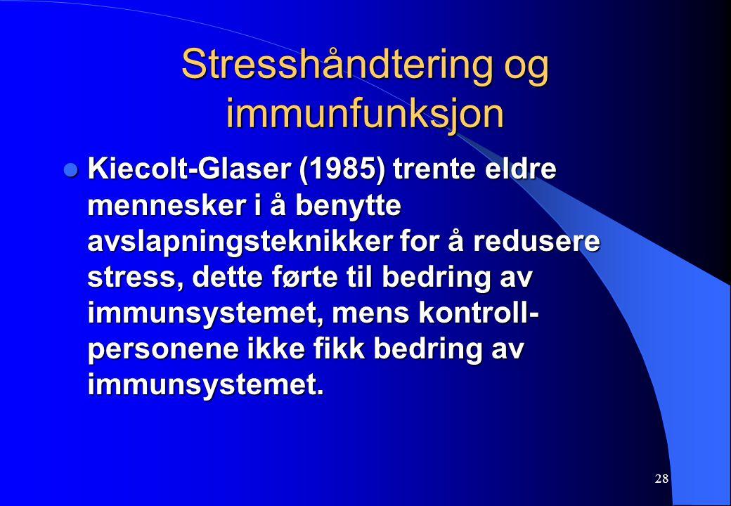 28 Stresshåndtering og immunfunksjon Kiecolt-Glaser (1985) trente eldre mennesker i å benytte avslapningsteknikker for å redusere stress, dette førte til bedring av immunsystemet, mens kontroll- personene ikke fikk bedring av immunsystemet.
