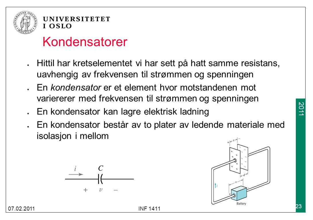 2009 2011 Kondensatorer Hittil har kretselementet vi har sett på hatt samme resistans, uavhengig av frekvensen til strømmen og spenningen En kondensator er et element hvor motstandenen mot variererer med frekvensen til strømmen og spenningen En kondensator kan lagre elektrisk ladning En kondensator består av to plater av ledende materiale med isolasjon i mellom 07.02.2011INF 1411 23