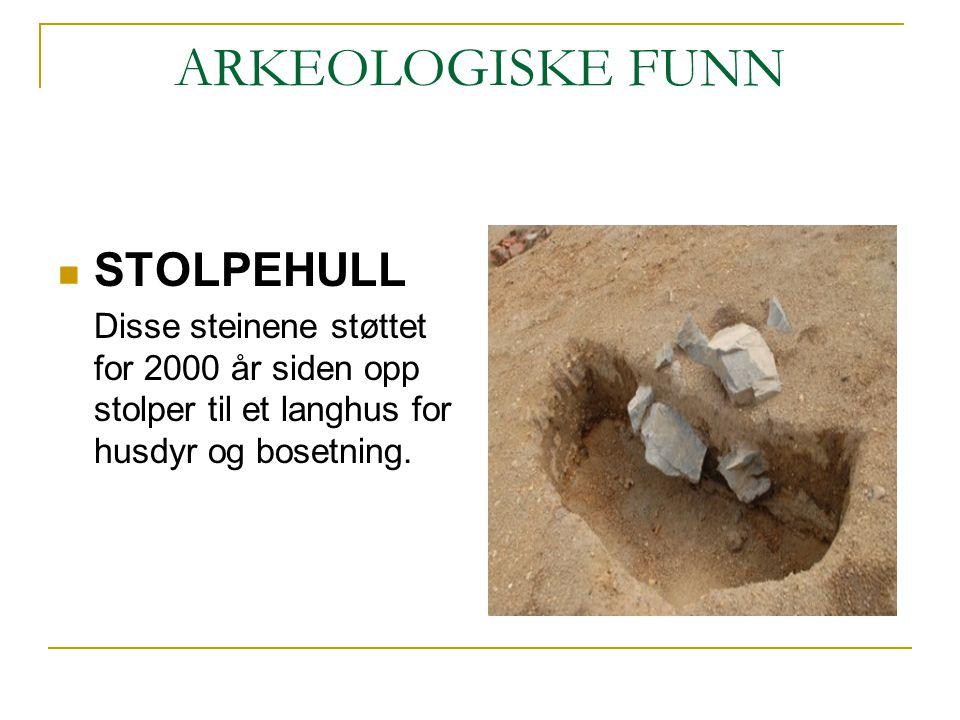 ARKEOLOGISKE FUNN STOLPEHULL Disse steinene støttet for 2000 år siden opp stolper til et langhus for husdyr og bosetning.
