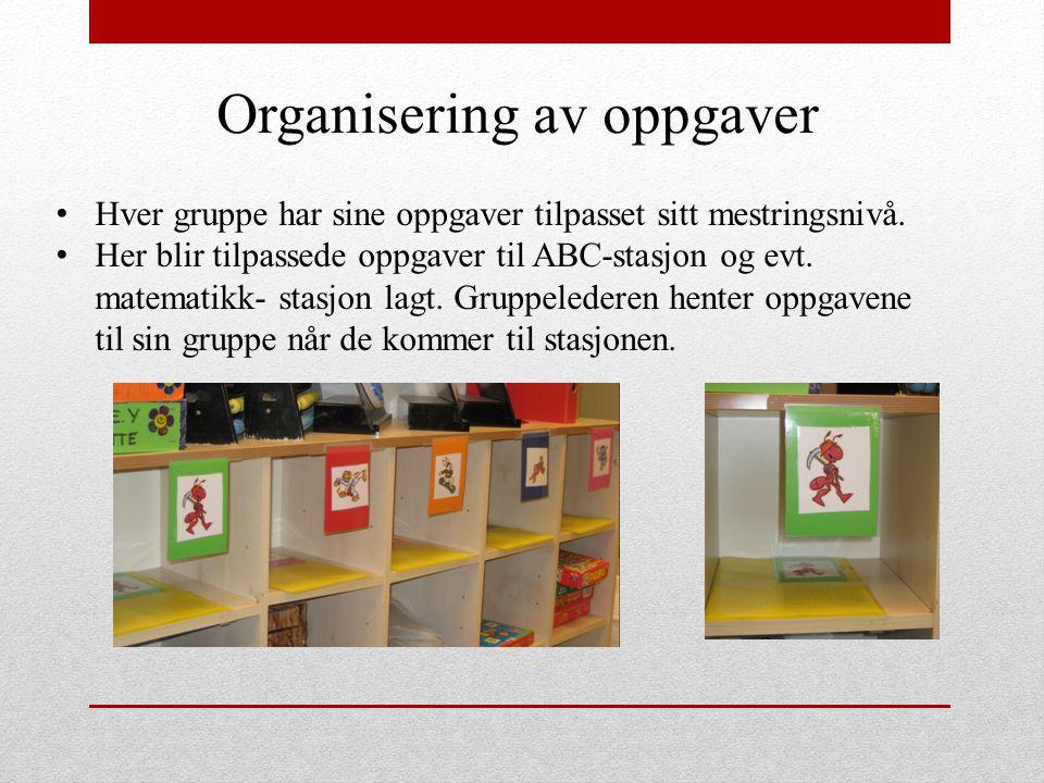 Organisering av oppgaver Hver gruppe har sine oppgaver tilpasset sitt mestringsnivå. Her blir tilpassede oppgaver til ABC-stasjon og evt. matematikk-