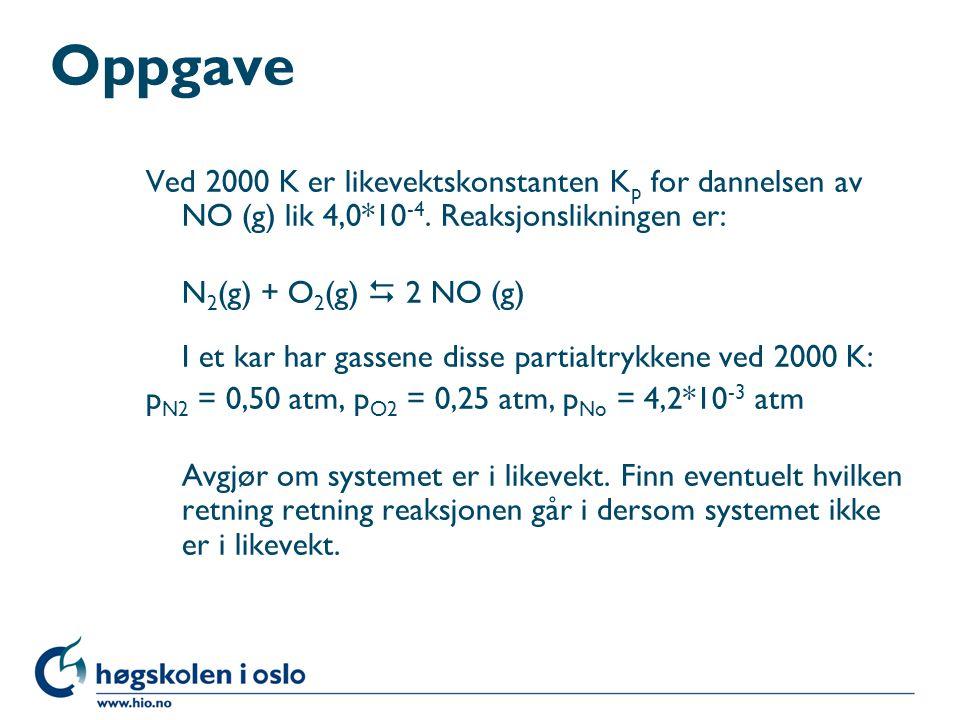 Oppgave Ved 2000 K er likevektskonstanten K p for dannelsen av NO (g) lik 4,0*10 -4. Reaksjonslikningen er: N 2 (g) + O 2 (g)  2 NO (g) I et kar har