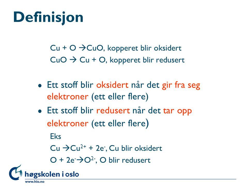 Definisjon Cu + O  CuO, kopperet blir oksidert CuO  Cu + O, kopperet blir redusert l Ett stoff blir oksidert når det gir fra seg elektroner (ett ell