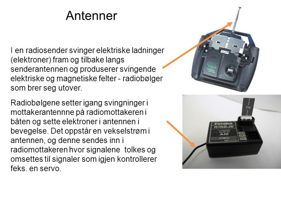 Antenner I en radiosender svinger elektriske ladninger (elektroner) fram og tilbake langs senderantennen og produserer svingende elektriske og magnetiske felter - radiobølger som brer seg utover.