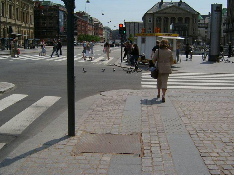 Holdeplass Målsetting: Holdeplassen skal være tilpasset alle brukere Indikator: Gap mellom holdeplass og transportmiddel Trinnfri atkomst til og av holdeplass / perrong Ledelinjer Beplantning