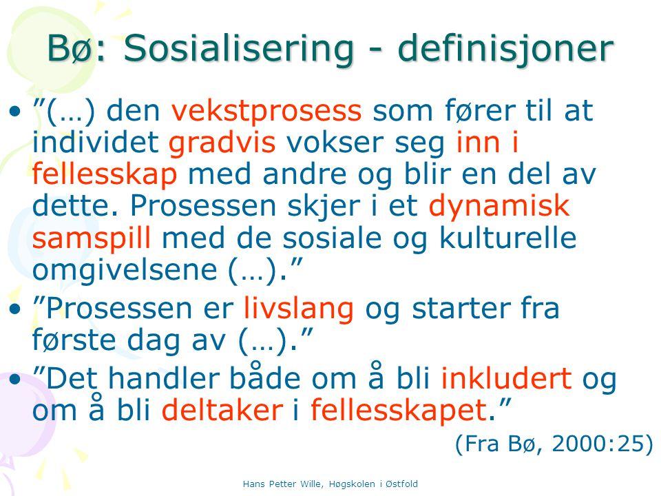 """Hans Petter Wille, Høgskolen i Østfold Bø: Sosialisering - definisjoner """"(…) den vekstprosess som fører til at individet gradvis vokser seg inn i fell"""