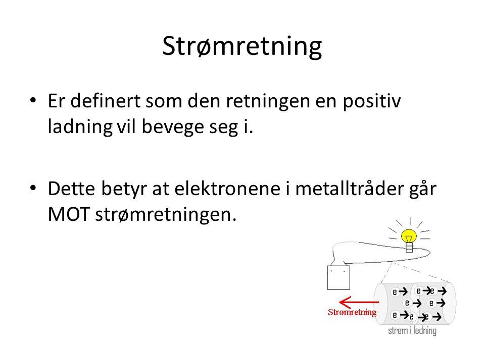 Strømretning Er definert som den retningen en positiv ladning vil bevege seg i. Dette betyr at elektronene i metalltråder går MOT strømretningen.