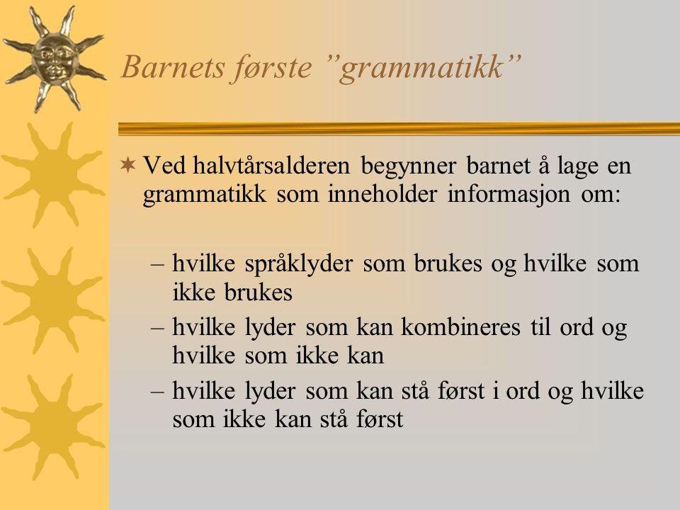 """Barnets første """"grammatikk""""  Ved halvtårsalderen begynner barnet å lage en grammatikk som inneholder informasjon om: –hvilke språklyder som brukes og"""