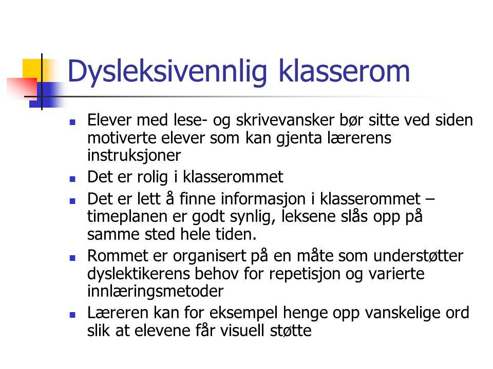 Dysleksivennlig klasserom Elever med lese- og skrivevansker bør sitte ved siden motiverte elever som kan gjenta lærerens instruksjoner Det er rolig i