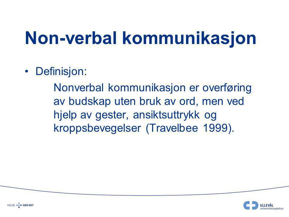 Non-verbal kommunikasjon Definisjon: Nonverbal kommunikasjon er overføring av budskap uten bruk av ord, men ved hjelp av gester, ansiktsuttrykk og kroppsbevegelser (Travelbee 1999).
