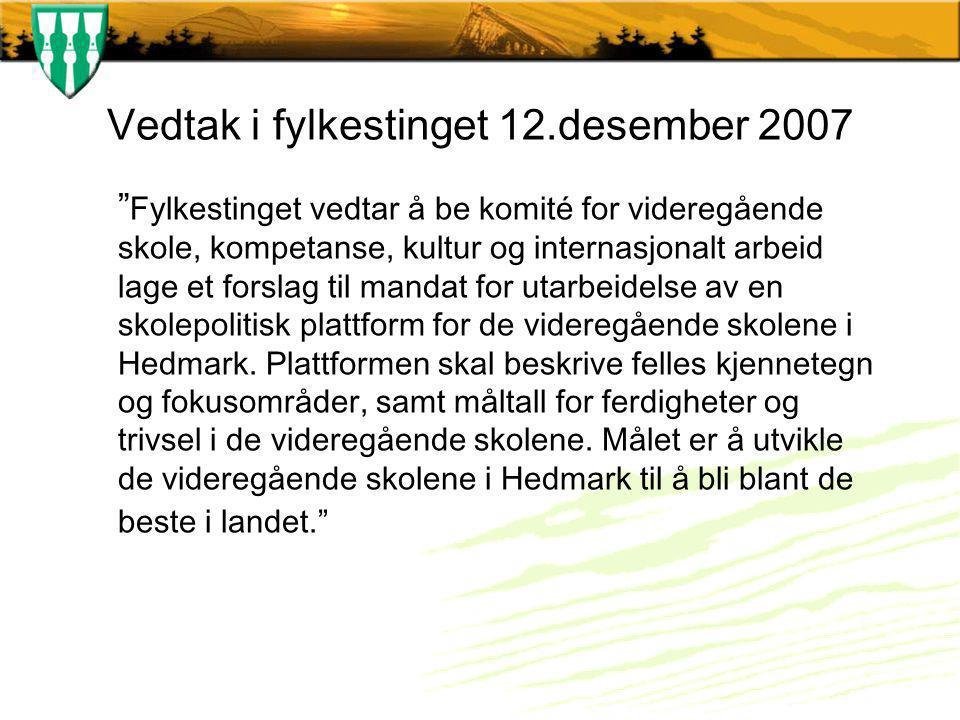 Vedtak i fylkestinget 12.desember 2007 Fylkestinget vedtar å be komité for videregående skole, kompetanse, kultur og internasjonalt arbeid lage et forslag til mandat for utarbeidelse av en skolepolitisk plattform for de videregående skolene i Hedmark.