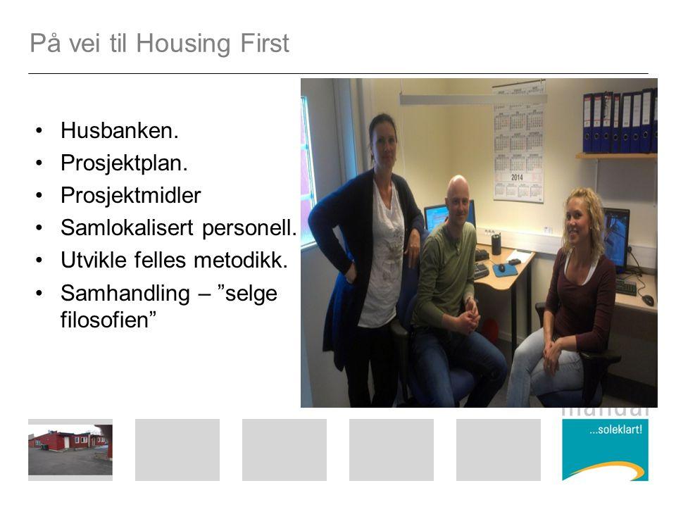 """På vei til Housing First Husbanken. Prosjektplan. Prosjektmidler Samlokalisert personell. Utvikle felles metodikk. Samhandling – """"selge filosofien"""""""