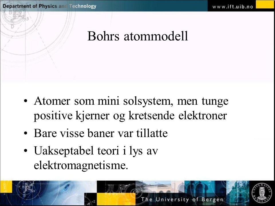Normal text - click to edit Bohrs atommodell Atomer som mini solsystem, men tunge positive kjerner og kretsende elektroner Bare visse baner var tillatte Uakseptabel teori i lys av elektromagnetisme.