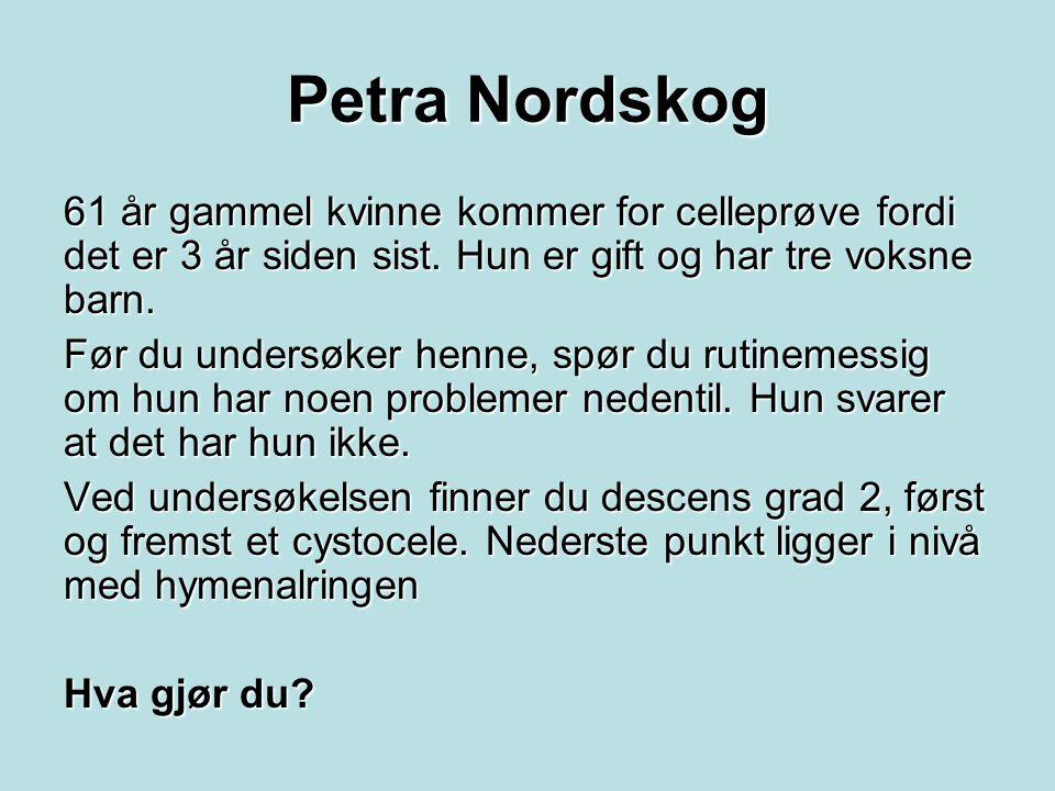 Petra Nordskog 61 år gammel kvinne kommer for celleprøve fordi det er 3 år siden sist. Hun er gift og har tre voksne barn. Før du undersøker henne, sp