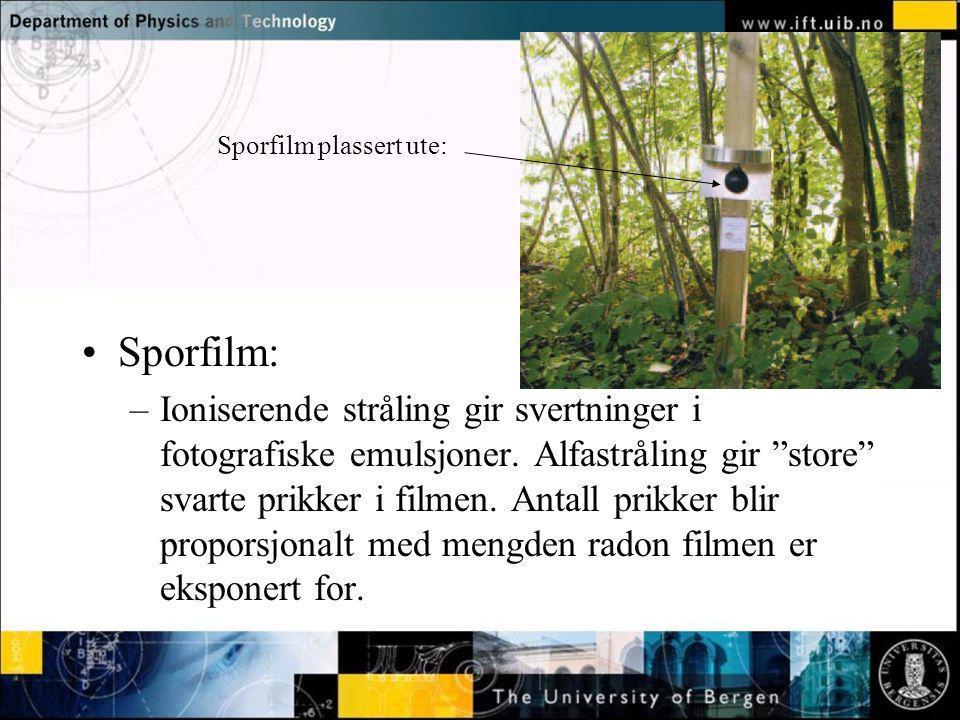 """Normal text - click to edit Sporfilm plassert ute: Sporfilm: –Ioniserende stråling gir svertninger i fotografiske emulsjoner. Alfastråling gir """"store"""""""