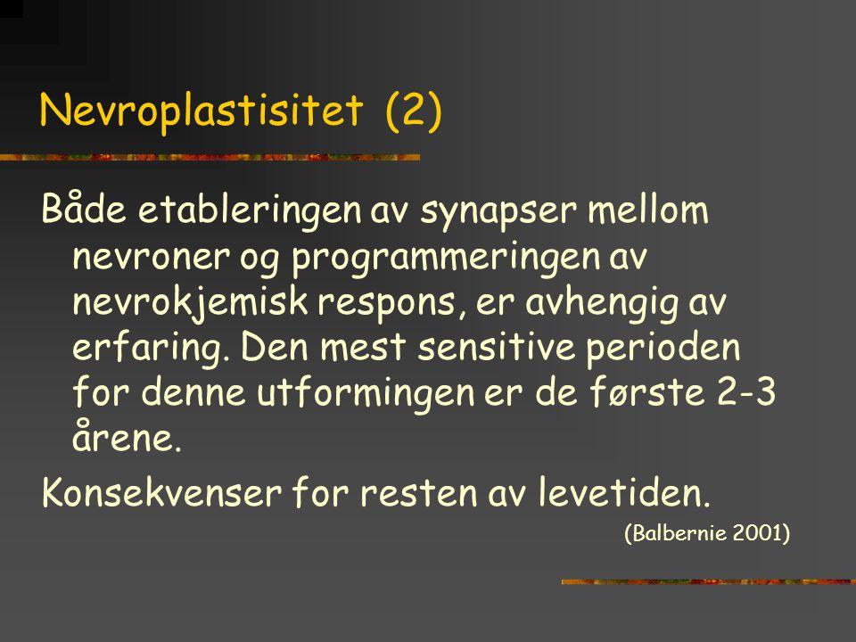 Nevroplastisitet (2) Både etableringen av synapser mellom nevroner og programmeringen av nevrokjemisk respons, er avhengig av erfaring. Den mest sensi