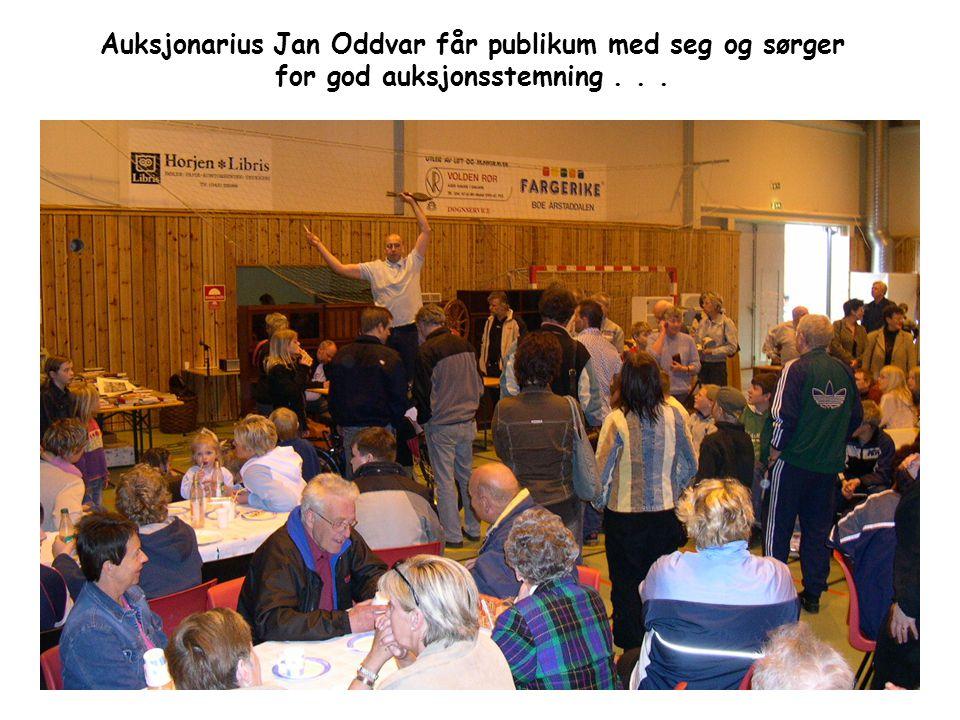 Auksjonarius Jan Oddvar får publikum med seg og sørger for god auksjonsstemning...