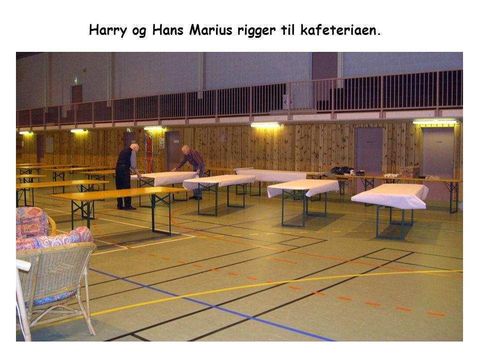 Harry og Hans Marius rigger til kafeteriaen.