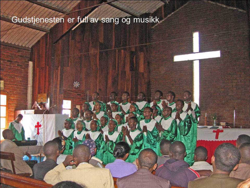 Gudstjenesten er full av sang og musikk