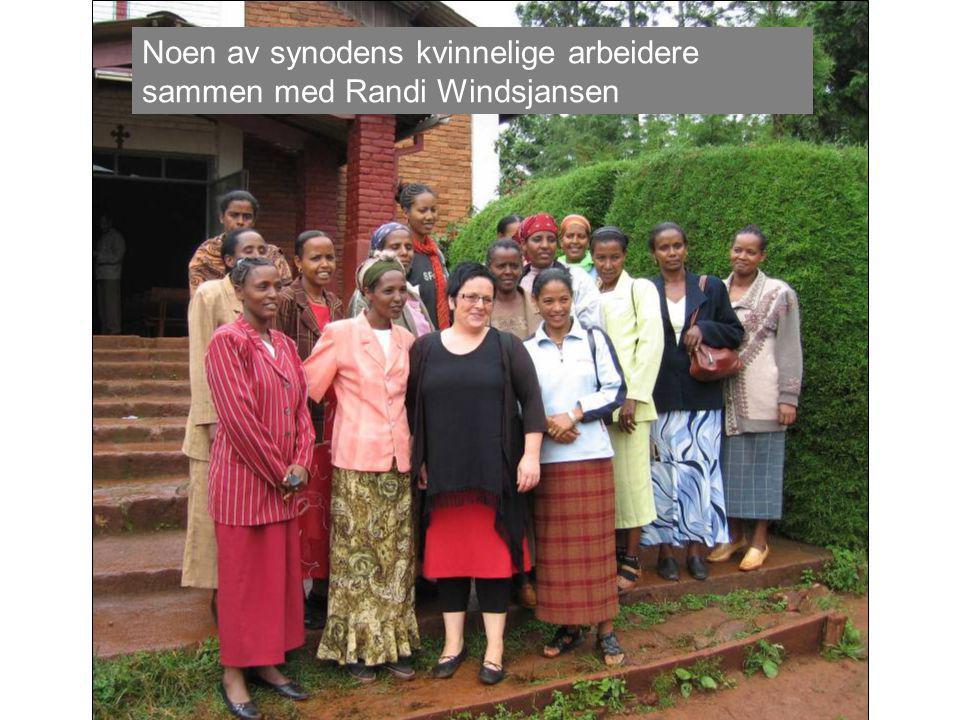 Noen av synodens kvinnelige arbeidere sammen med Randi Windsjansen