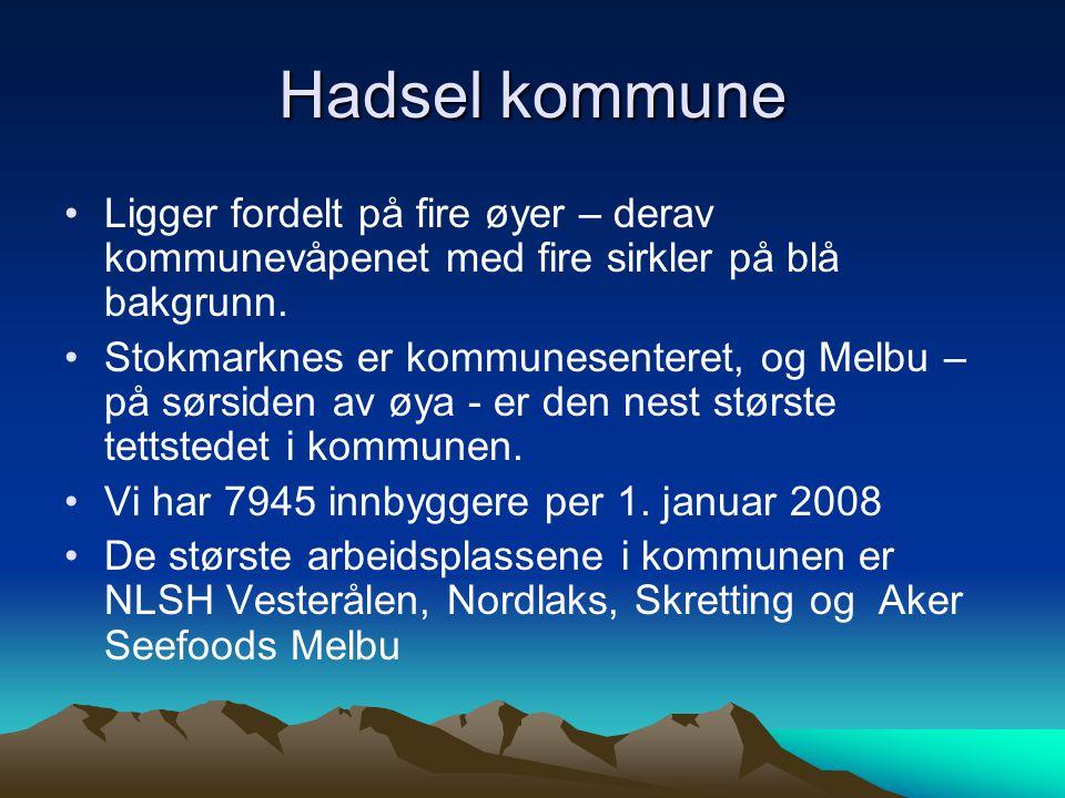 Hadsel kommune Ligger fordelt på fire øyer – derav kommunevåpenet med fire sirkler på blå bakgrunn. Stokmarknes er kommunesenteret, og Melbu – på sørs