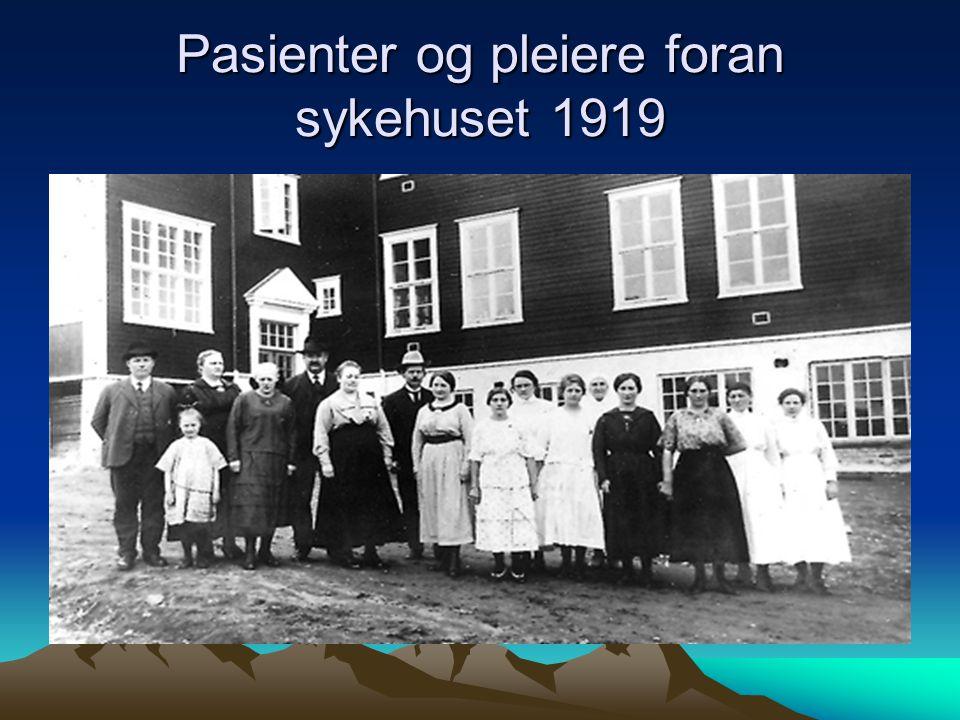 Pasienter og pleiere foran sykehuset 1919