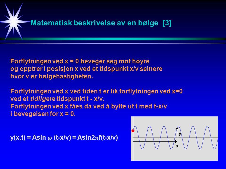 Matematisk beskrivelse av en bølge [3] Forflytningen ved x = 0 beveger seg mot høyre og opptrer i posisjon x ved et tidspunkt x/v seinere hvor v er bø