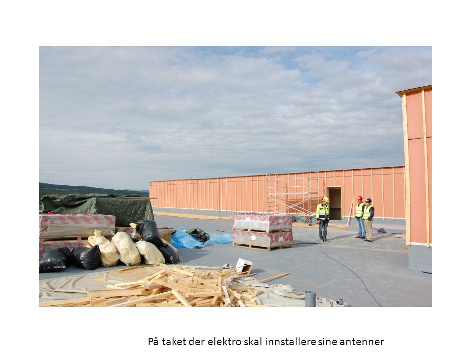 På taket der elektro skal innstallere sine antenner