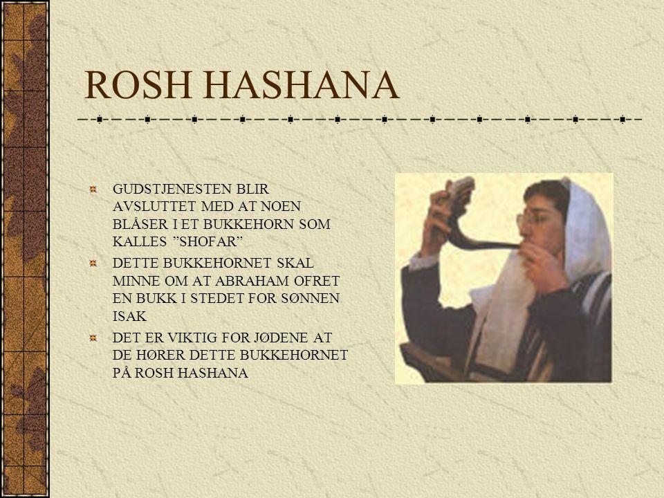 """ROSH HASHANA GUDSTJENESTEN BLIR AVSLUTTET MED AT NOEN BLÅSER I ET BUKKEHORN SOM KALLES """"SHOFAR"""" DETTE BUKKEHORNET SKAL MINNE OM AT ABRAHAM OFRET EN BU"""