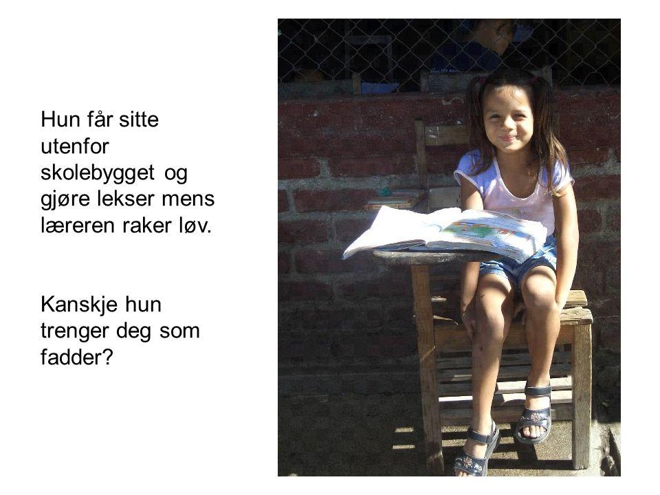 Hun får sitte utenfor skolebygget og gjøre lekser mens læreren raker løv.