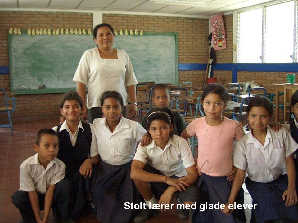 Stolt lærer med glade elever