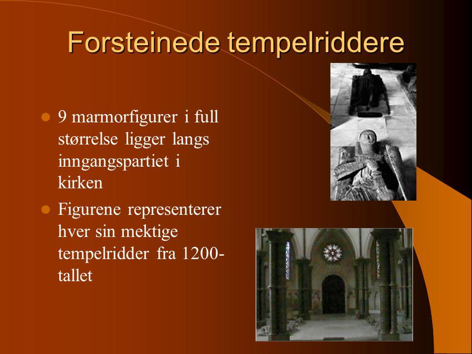 Forsteinede tempelriddere 9 marmorfigurer i full størrelse ligger langs inngangspartiet i kirken Figurene representerer hver sin mektige tempelridder fra 1200- tallet