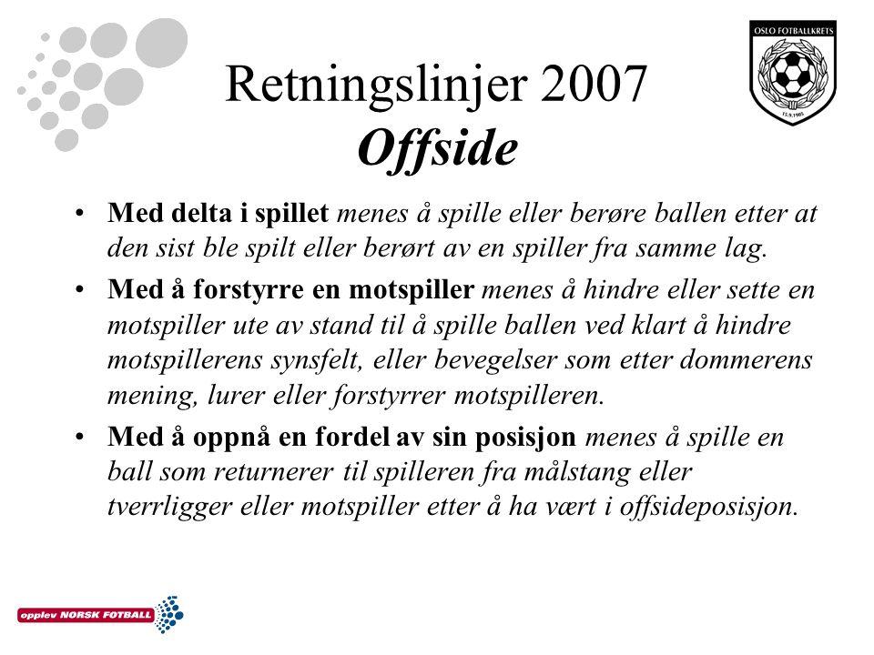 Retningslinjer 2007 Offside Med delta i spillet menes å spille eller berøre ballen etter at den sist ble spilt eller berørt av en spiller fra samme lag.