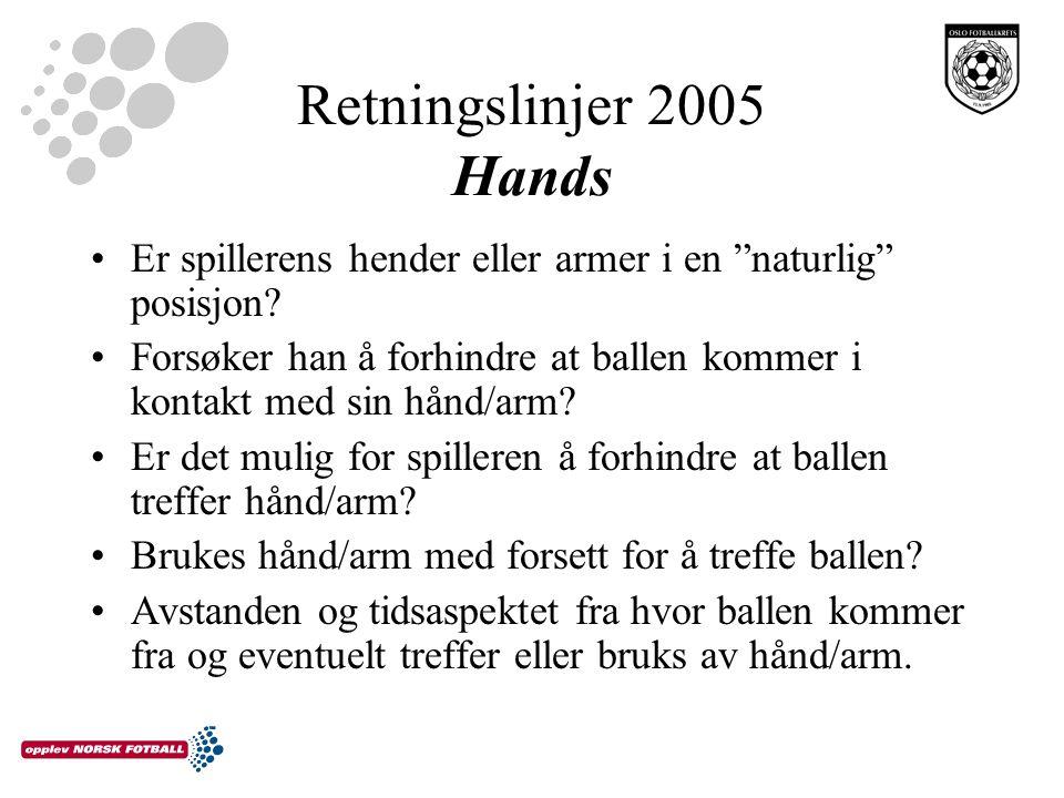 """Retningslinjer 2005 Hands Er spillerens hender eller armer i en """"naturlig"""" posisjon? Forsøker han å forhindre at ballen kommer i kontakt med sin hånd/"""