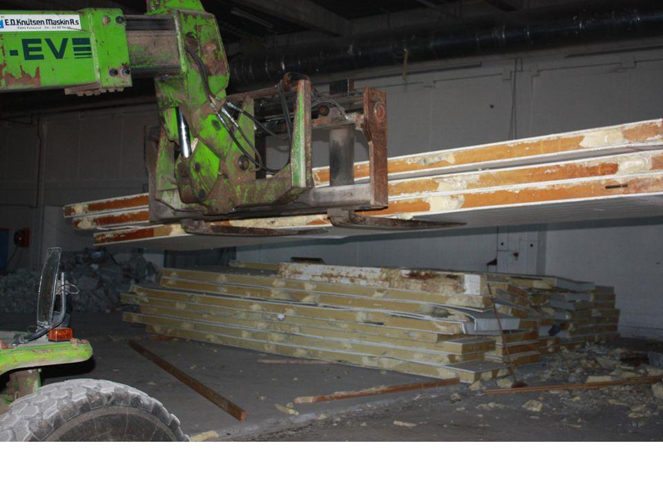 PUR/XPS skumplast behandles som følgende: Oppdeling i størrelser som kan mates inn i anlegget samt utsortering av materialer som ikke kan gjenvinnes i behandlings- anlegget Fragmentering i nitrogen atmosfære Helautomatisk sortering Ulike gasser fra kjølekrets og isolasjon: KFK HKFK HFK HC Stål (magnetisk) Metaller (umagnetisk) Plast PUR støv