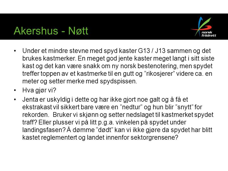 Akershus - Nøtt Under et mindre stevne med spyd kaster G13 / J13 sammen og det brukes kastmerker. En meget god jente kaster meget langt i sitt siste k