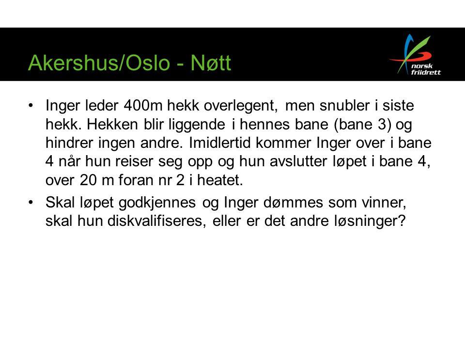 Akershus/Oslo - Nøtt Inger leder 400m hekk overlegent, men snubler i siste hekk. Hekken blir liggende i hennes bane (bane 3) og hindrer ingen andre. I
