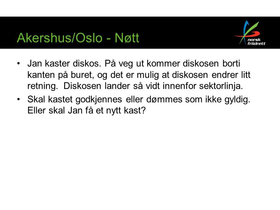 Akershus/Oslo - Nøtt Jan kaster diskos. På veg ut kommer diskosen borti kanten på buret, og det er mulig at diskosen endrer litt retning. Diskosen lan