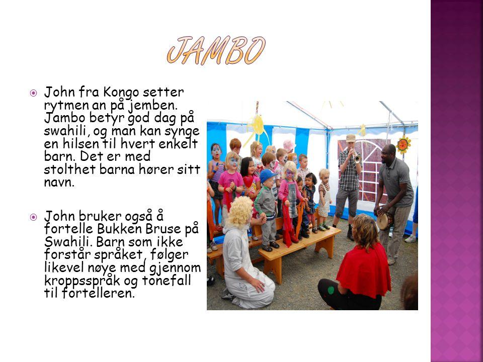  John fra Kongo setter rytmen an på jemben. Jambo betyr god dag på swahili, og man kan synge en hilsen til hvert enkelt barn. Det er med stolthet bar