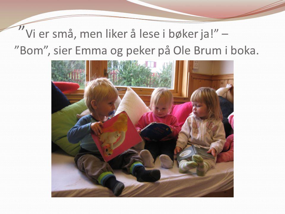 """"""" Vi er små, men liker å lese i bøker ja!"""" – """"Bom"""", sier Emma og peker på Ole Brum i boka."""