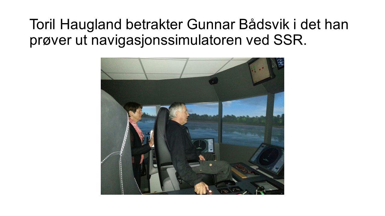 Toril Haugland betrakter Gunnar Bådsvik i det han prøver ut navigasjonssimulatoren ved SSR.