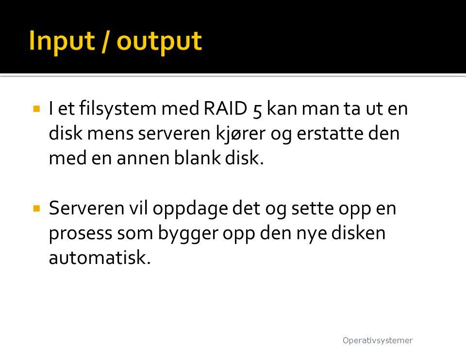  I et filsystem med RAID 5 kan man ta ut en disk mens serveren kjører og erstatte den med en annen blank disk.  Serveren vil oppdage det og sette op