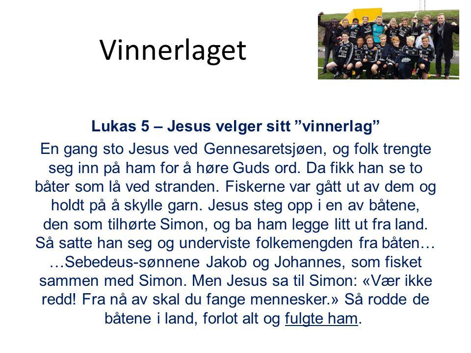 """Lukas 5 – Jesus velger sitt """"vinnerlag"""" En gang sto Jesus ved Gennesaretsjøen, og folk trengte seg inn på ham for å høre Guds ord. Da fikk han se to b"""