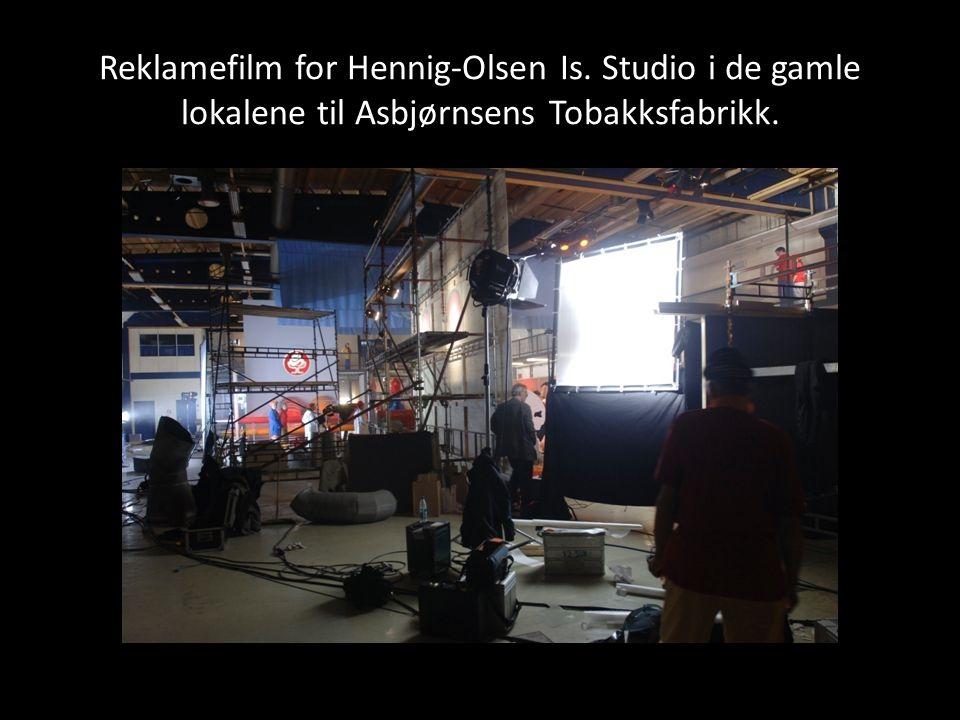 Reklamefilm for Hennig-Olsen Is. Studio i de gamle lokalene til Asbjørnsens Tobakksfabrikk.
