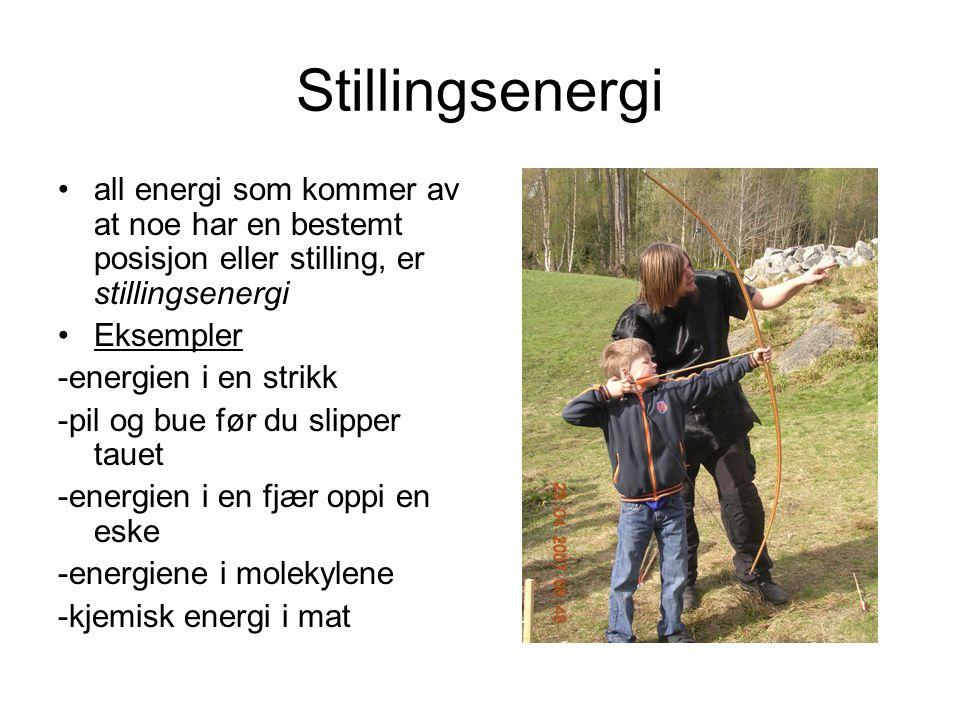 Stillingsenergi all energi som kommer av at noe har en bestemt posisjon eller stilling, er stillingsenergi Eksempler -energien i en strikk -pil og bue